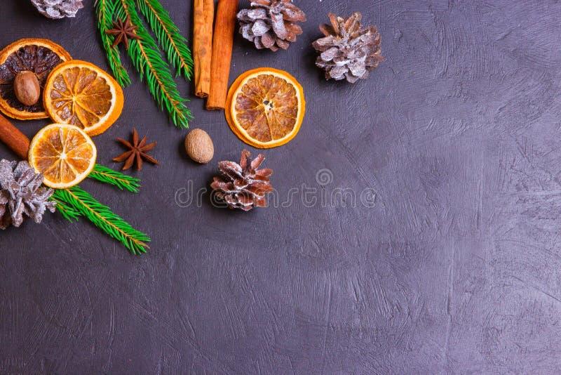 Рамка рождества от ветвей и украшений ели на черной предпосылке с космосом для текста С Рождеством Христовым и с новым годом стоковая фотография