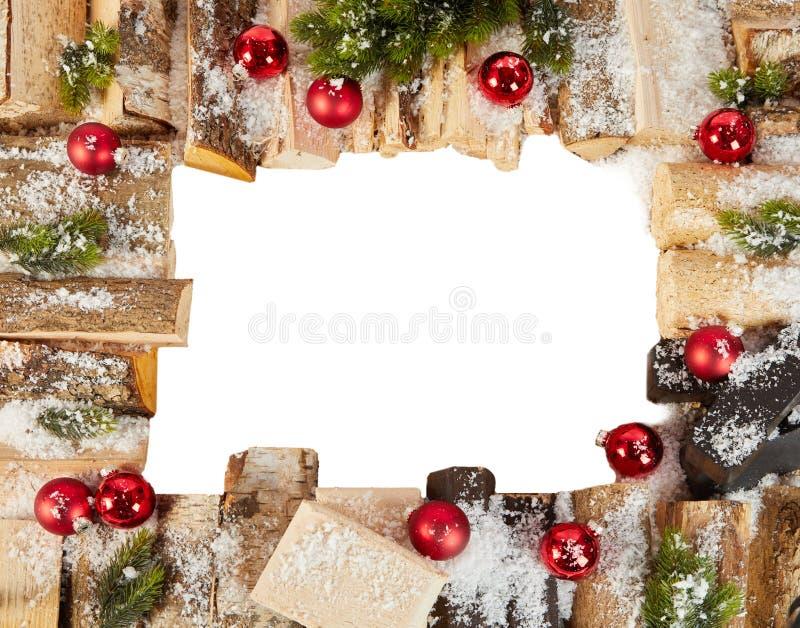 Рамка рождества с снегом, журналами и безделушками зимы стоковые изображения rf