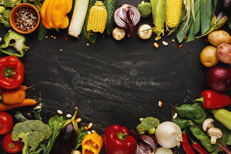 Рамка свежих овощей на деревянной предпосылке с космосом экземпляра стоковая фотография rf