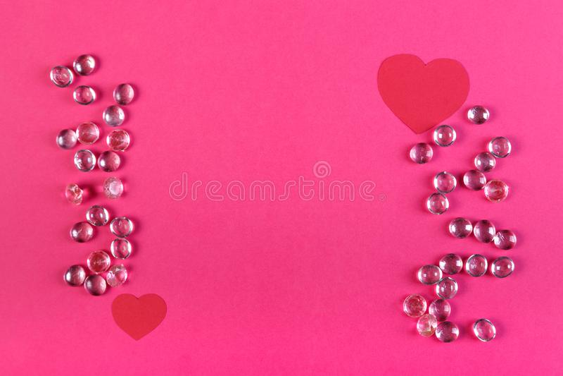Рамка сделанная белых шариков и бумажных красных сердец на розовой предпосылке стоковые изображения rf