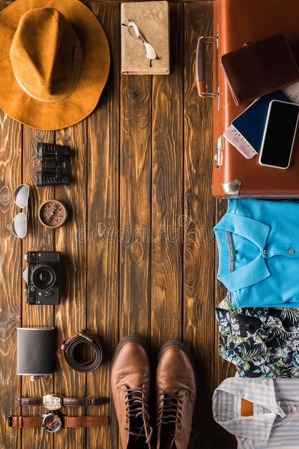 рамка сделанная из винтажного чемодана с багажем для перемещения стоковое фото rf