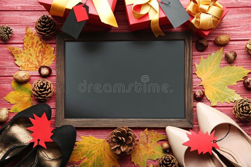 Рамка с бирками продажи, листьями и ботинками пятки стоковые изображения rf