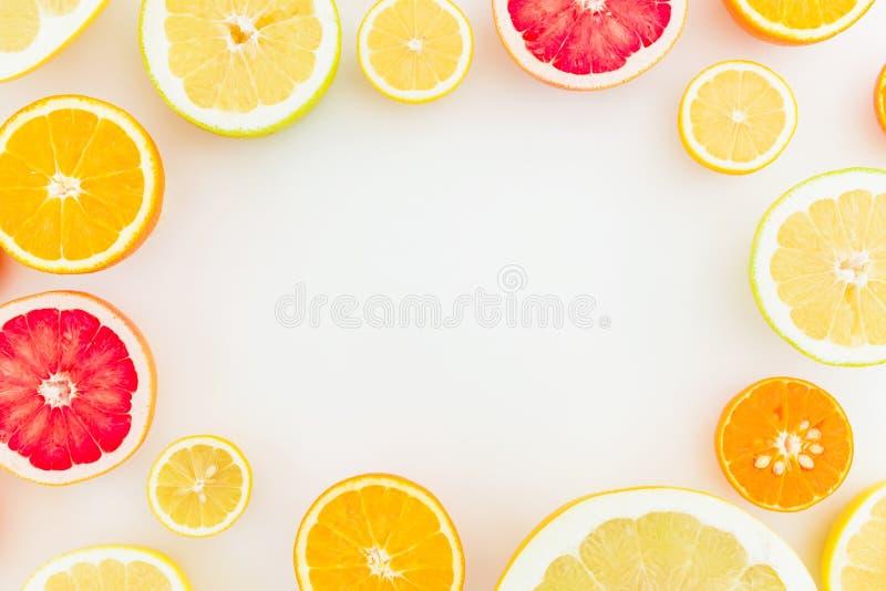 Рамка сделанная из цитрусовых фруктов на белой предпосылке Плоское положение, взгляд сверху Предпосылка ` s плодоовощ стоковое фото rf