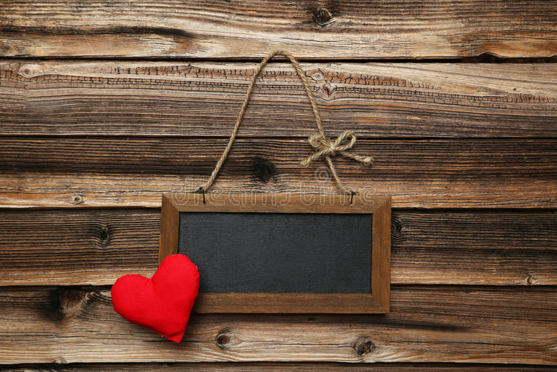 Рамка с сердцем влюбленности на деревянной предпосылке стоковые изображения rf