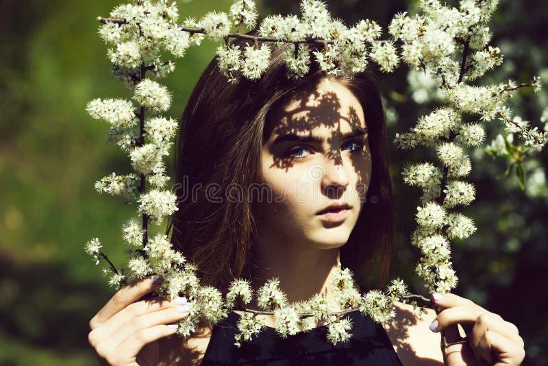 Рамка удерживания женщины белых, цвести цветков стоковые фотографии rf