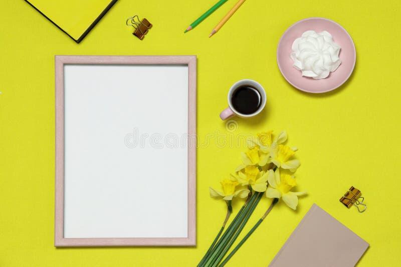 Рамка фото модель-макета на предпосылке с цветками, кофе, торте стоковая фотография
