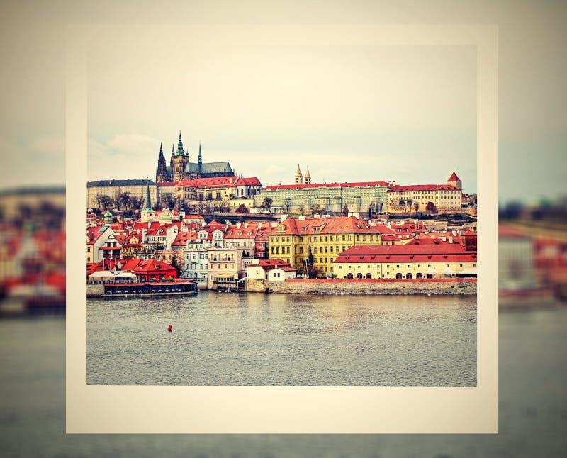 Рамка фото с взглядом на замке Праги стоковые фотографии rf