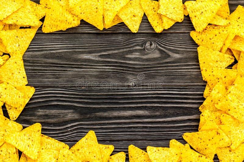 Рамка tortilla Nachos на черном деревянном космосе экземпляра взгляда сверху предпосылки стоковое фото