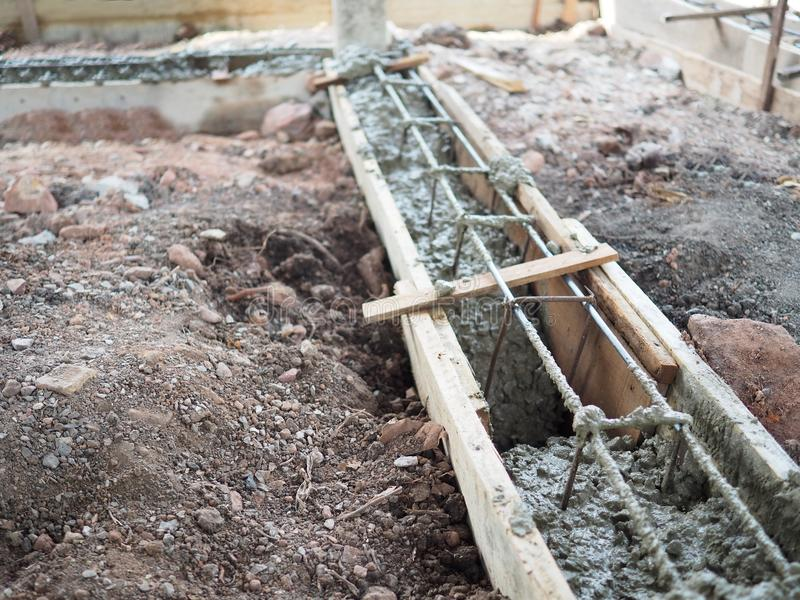 Рамки стального подкрепления деревянные для конкретного лить строения в строительной площадке стоковое изображение rf