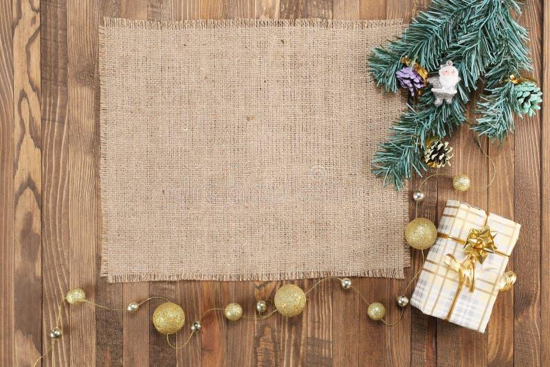 Рамки сделанные из мешковины на деревянной предпосылке стоковые изображения