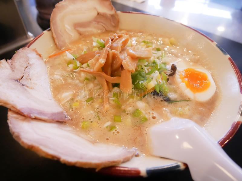 Рамэны Tonkatsu Hakodate, Хоккаидо, Японии Рамэны с яичком чирея стоковое фото rf
