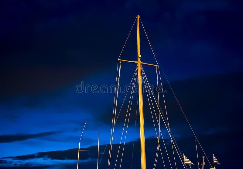 Рангоуты ветрила против неба ночи голубого стоковые изображения rf