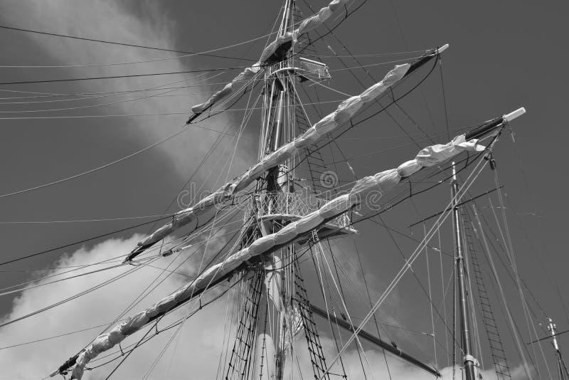 Рангоуты и веревочки на старом парусном судне стоковые изображения rf
