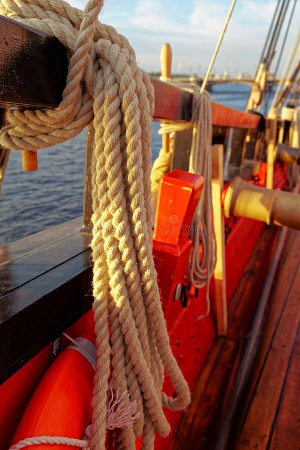 Рангоуты и такелажирование старого деревянного парусника Палуба деталей корабля стоковые изображения