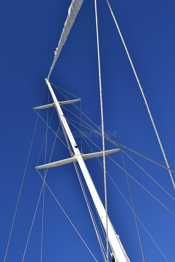 Рангоут ветрила на голубой предпосылке стоковое изображение rf