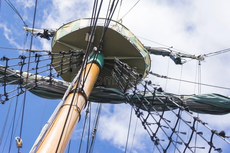 Рангоут корабля моря с такелажированием и плавая портом стоковые изображения