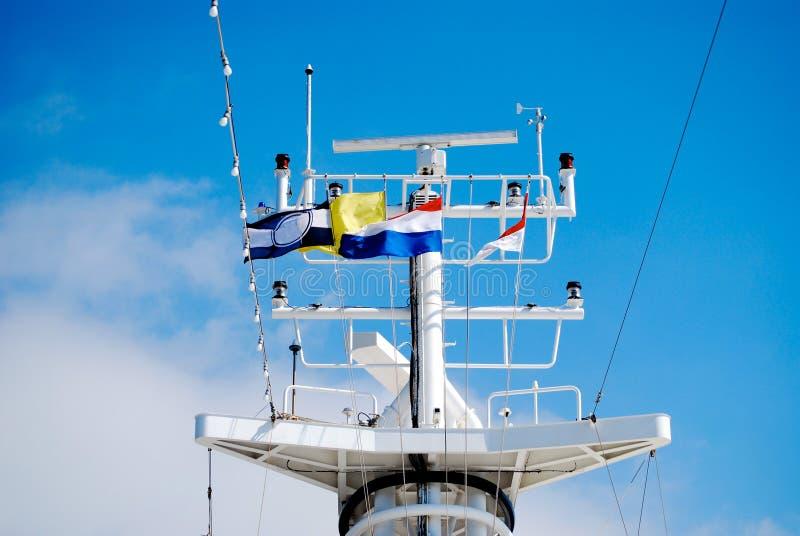 Рангоут туристического судна с флагами и радиолокатором стоковые изображения