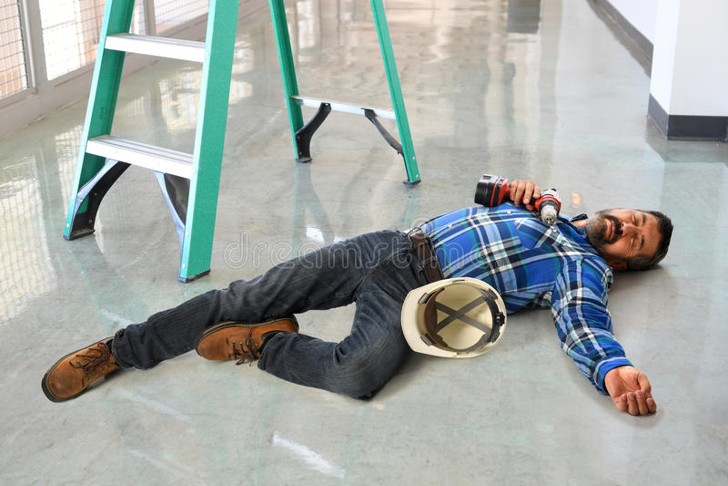 Раненый работник после падать стоковые изображения rf