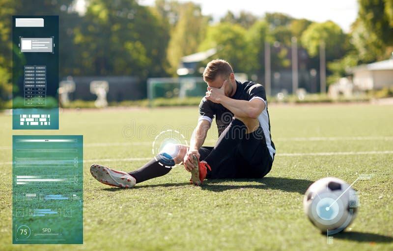 Раненый футболист с шариком на футбольном поле стоковая фотография rf
