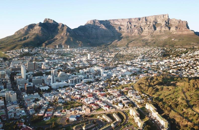 Рано утром вид с воздуха горы таблицы, Кейптауна, Южной Африки стоковые изображения rf