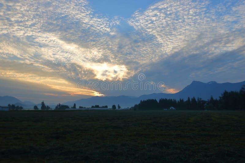 Рано утром восход солнца в долине сельского хозяйства стоковое фото rf