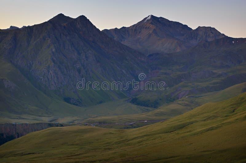 Рано утром в горной области Рассвет над горами стоковые изображения rf