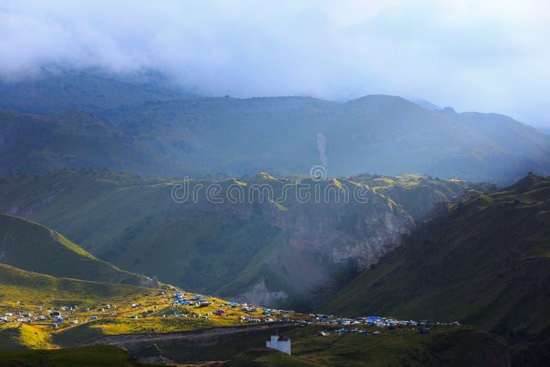 Рано утром в горной области Рассвет над горами стоковая фотография rf