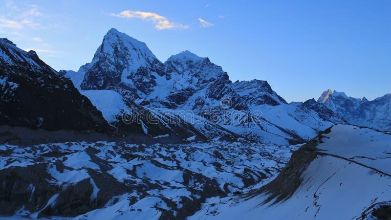 Рано утром в Gokyo, Непал Ледник Ngozumpa и держатель Cholat стоковые изображения