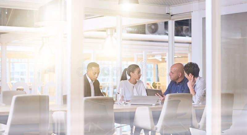 Рано утром деловая встреча восхода солнца в современном конференц-зале офиса стоковая фотография