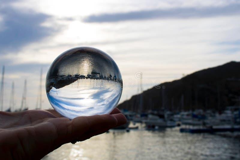 Рано утром над океаном гавани при шлюпки захваченные в Bal стекла стоковое изображение