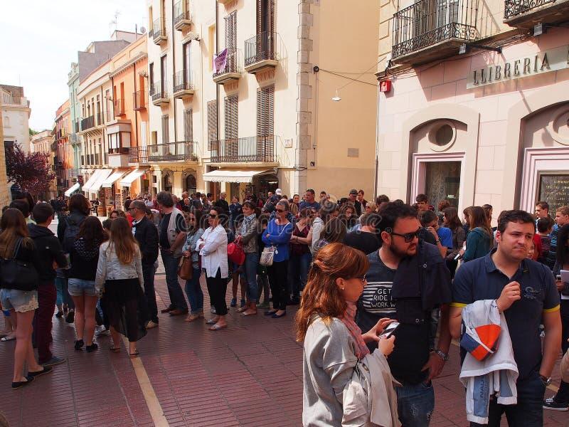 Рано утром очередь вне Театр-музея Dali, Фигераса, Испании стоковые изображения