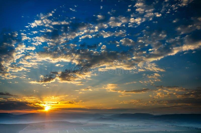 Download Рано утром, солнце поднимает, туман Стоковое Фото - изображение насчитывающей яркое, облако: 33729006