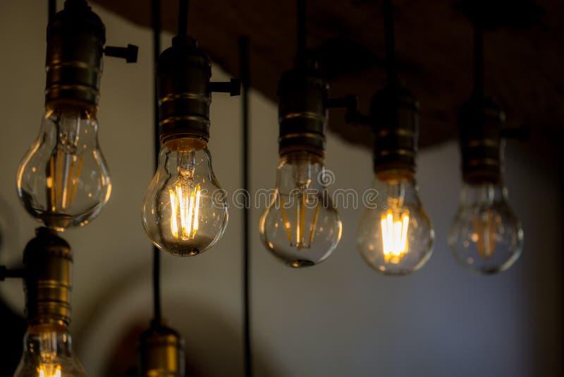 Раскаленная добела электрическая лампочка в строке стоковые изображения rf