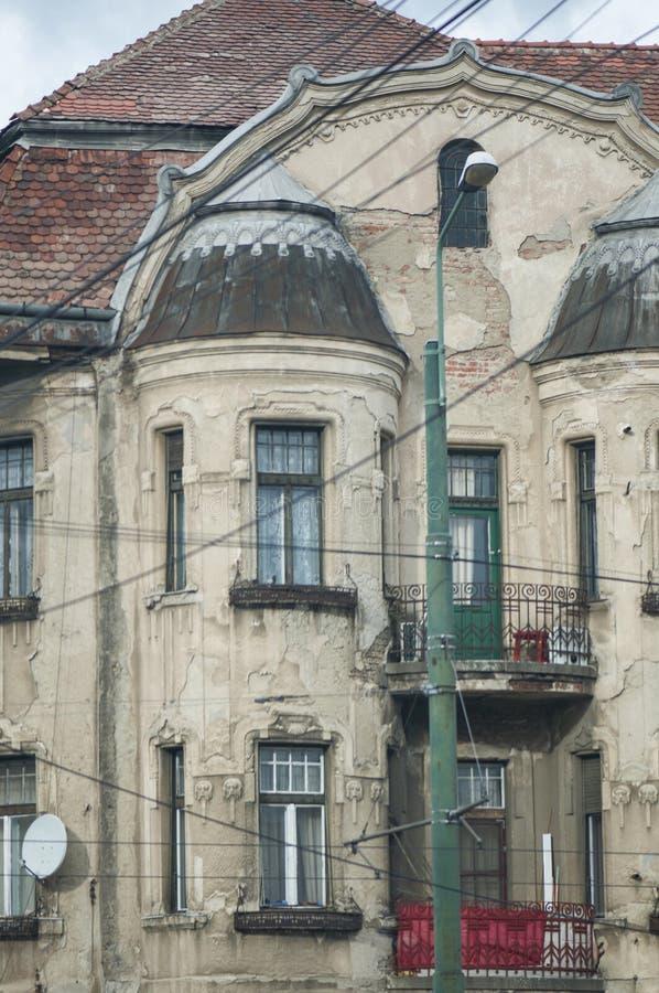 Расквартируйте квартиры с ухудшенным фасадом здания стоковые фотографии rf