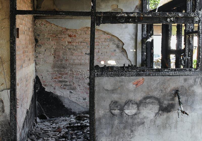 Расквартируйте пожар Деталь отображает пожарище от дома стоковая фотография
