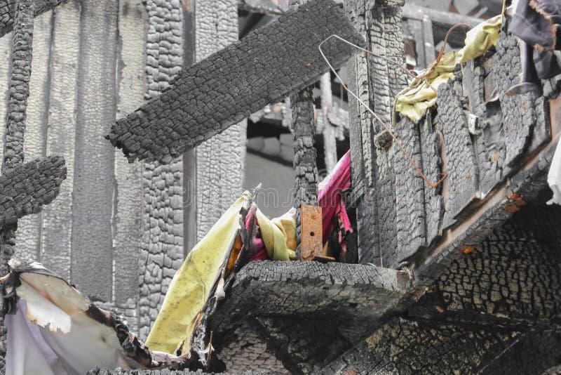 Расквартируйте пожар Деталь отображает пожарище от дома стоковые фото