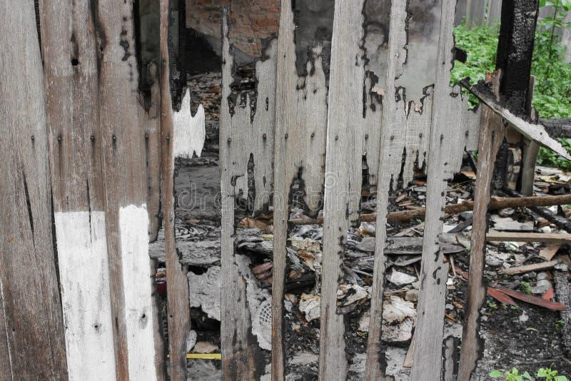 Расквартируйте пожар Деталь отображает пожарище от дома стоковое фото rf