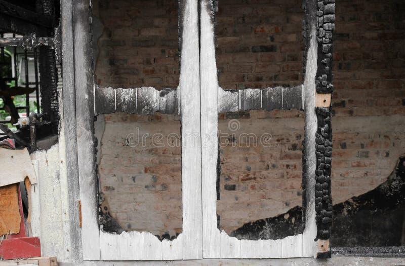 Расквартируйте пожар Деталь отображает пожарище от дома стоковые фотографии rf