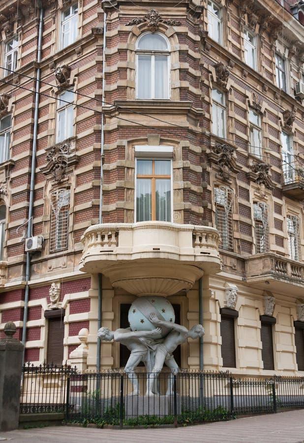 Расквартируйте с статуей atlantes в исторической области Одессы стоковые фотографии rf