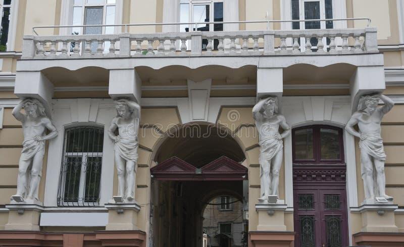 Расквартируйте с статуей atlantes в исторической области Одессы стоковое фото