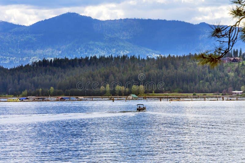 Расквартируйте ` Alene Айдахо Coeur d озера отражени моторной лодки стоковые изображения
