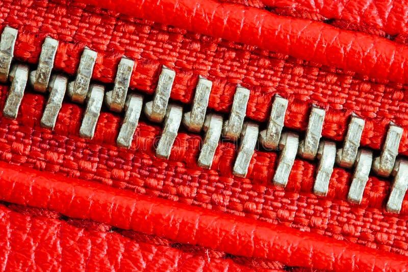 Раскосная молния плотно закрыла вязку совместно 2 слоя красной ткани ткани и красной кожи под высокой деталью увеличения стоковое изображение rf