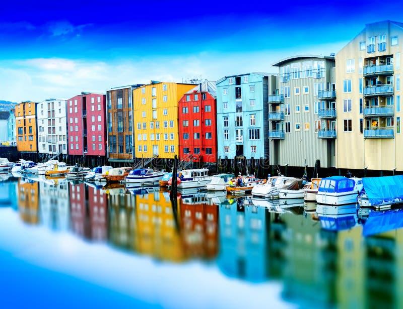 Раскосная яркая предпосылка городского пейзажа яхт Норвегии стоковое фото