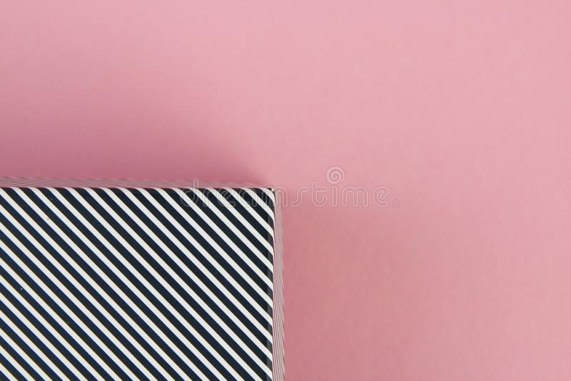 Раскосные черно-белые нашивки на пастельной розовой предпосылке стоковое изображение rf