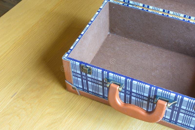 Раскройте багаж на деревянном столе стоковые фото