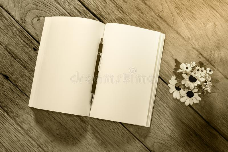 Раскройте блокнот с типа муфт карандашем на деревянной предпосылке, filte стоковые фото