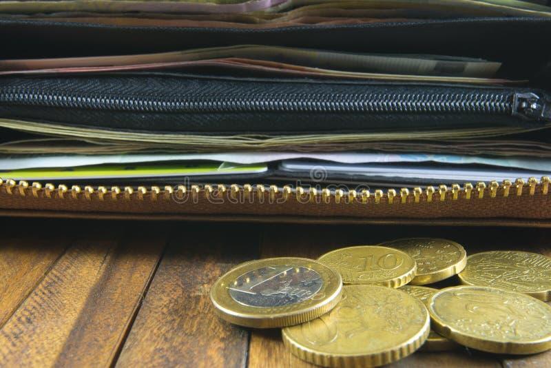 Раскройте бумажник с деньгами, кредитными карточками и монетками евро стоковое изображение rf