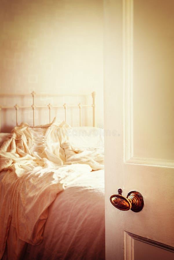 Раскройте дверь спальни стоковые изображения rf
