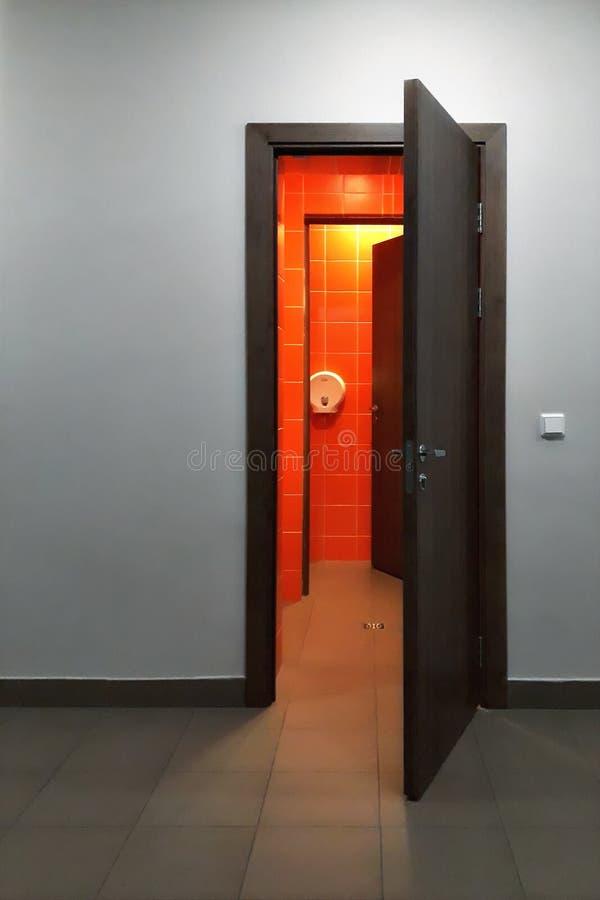 Раскройте дверь на серой стене стоковое фото