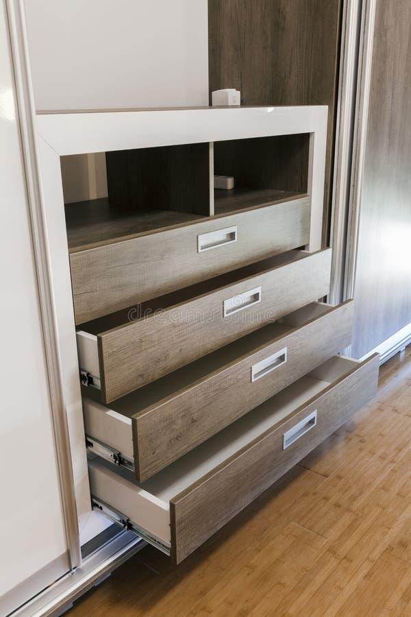 Раскройте деревянные ящики в шкафе стоковая фотография